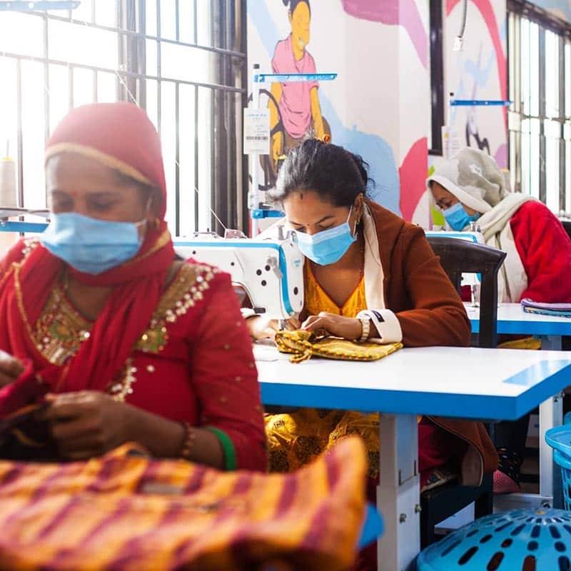 Confection de sac à dos éthique à l'atelier commerce équitable Local Women Handicraft Népal