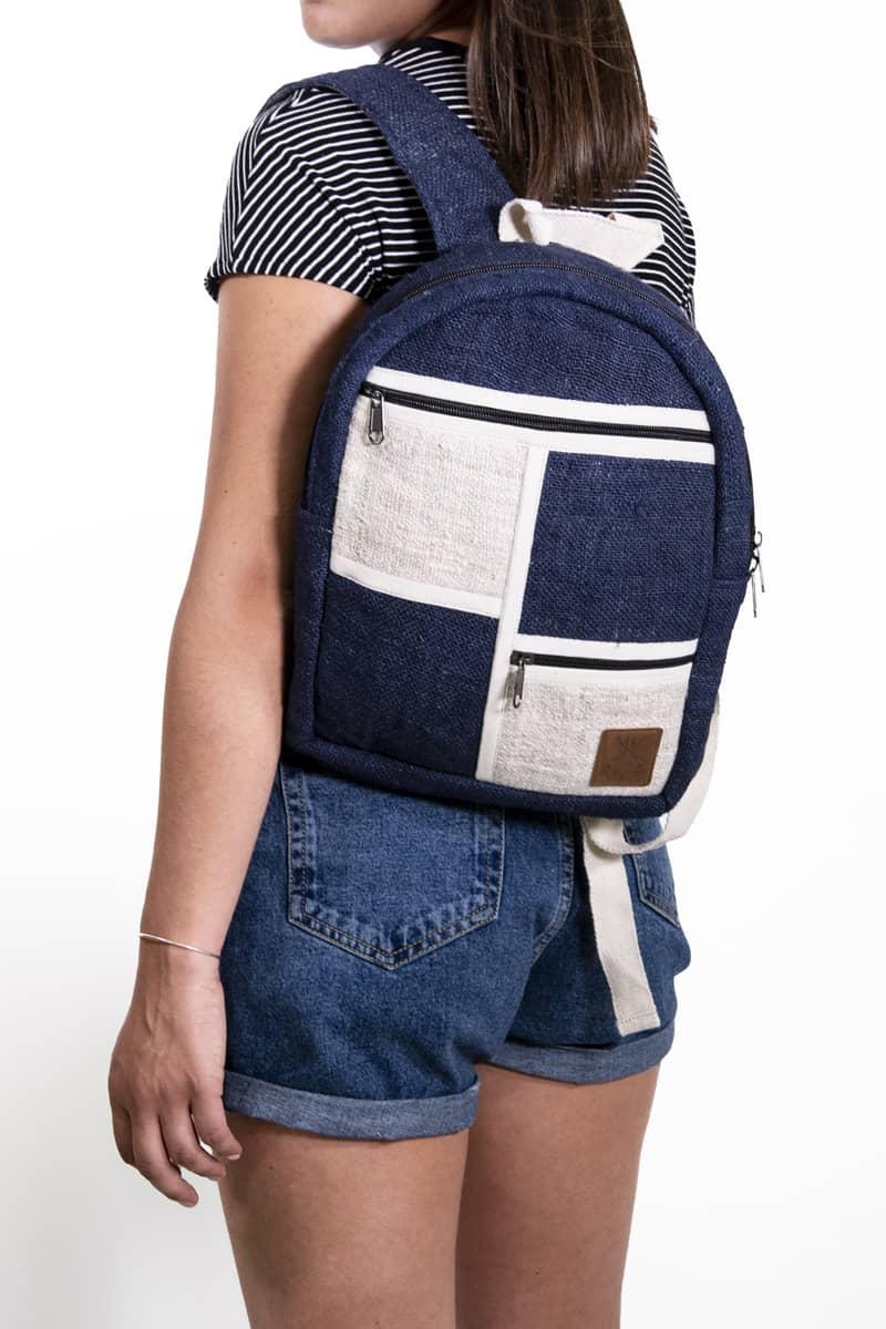 Petit sac à dos écologique en chanvre et teintures naturelles nantah indigo femme epaule