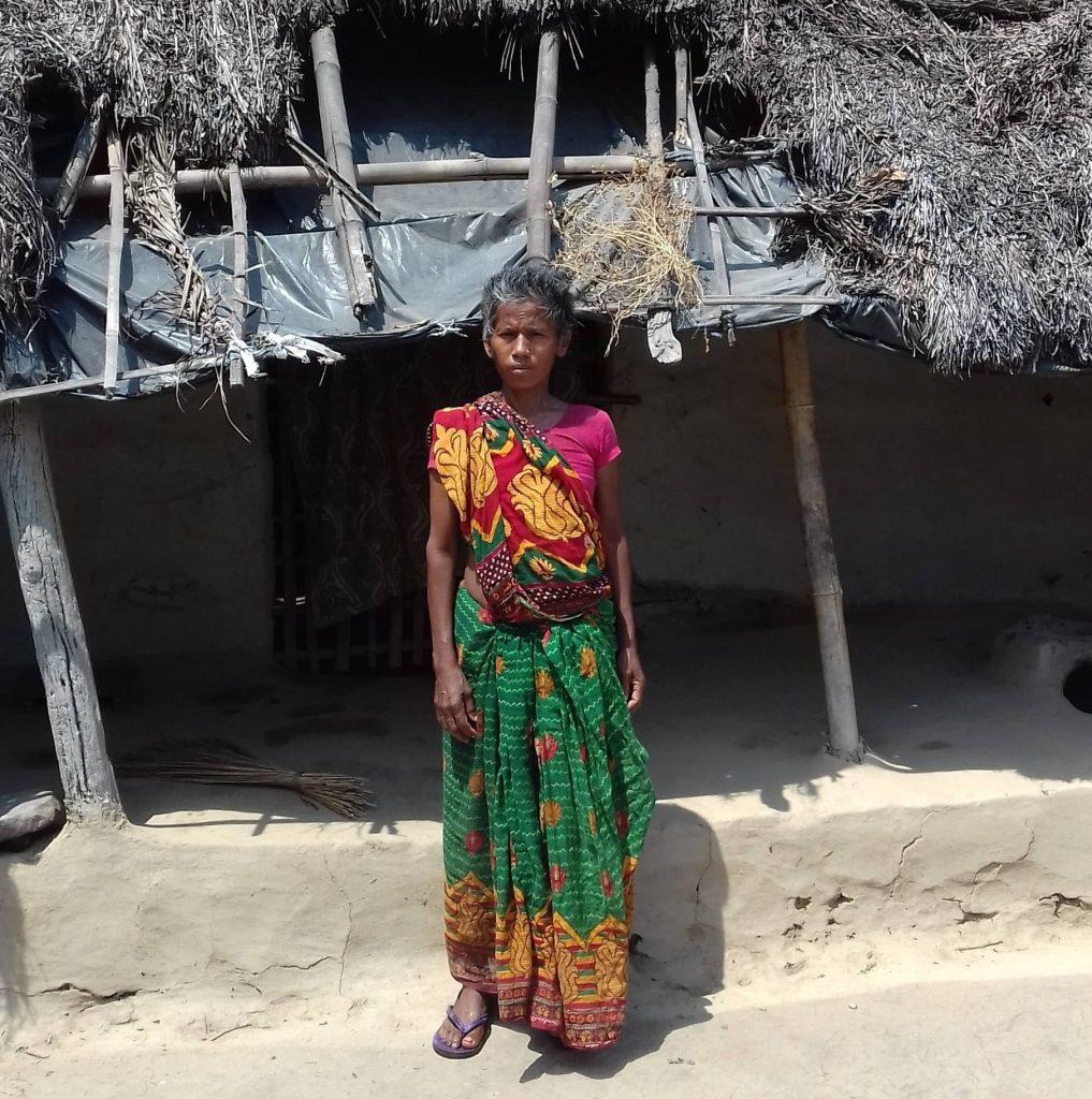 Femme népalaise en attente de reception de kit alimentaire