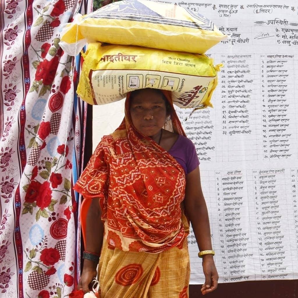 Femme nepalaise avec des sac de riz