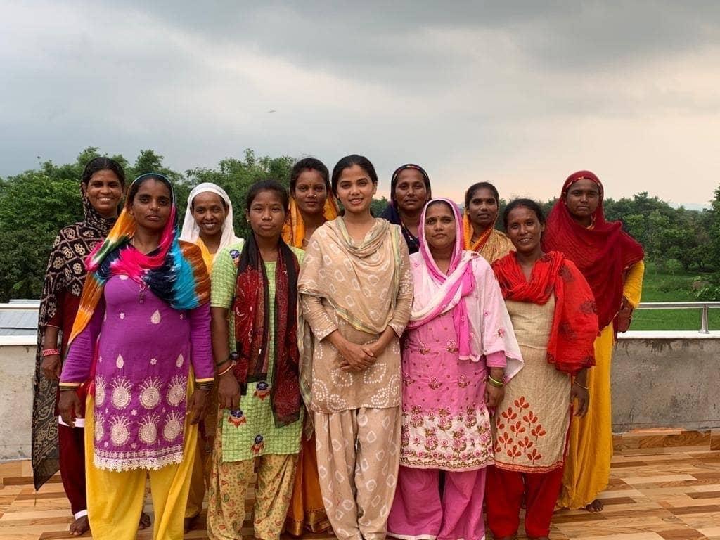 Groupe de femmes népalaises distribuant des kits alimentaires