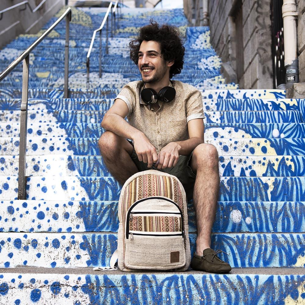 Sac à dos éthique batchira caramel fait main en chanvre et motifs ethniques, escalier bleu