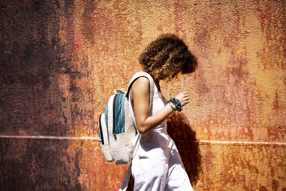 sac à dos en chanvre et motifs ethniques, fabrication artisanale et éthique, vue côté