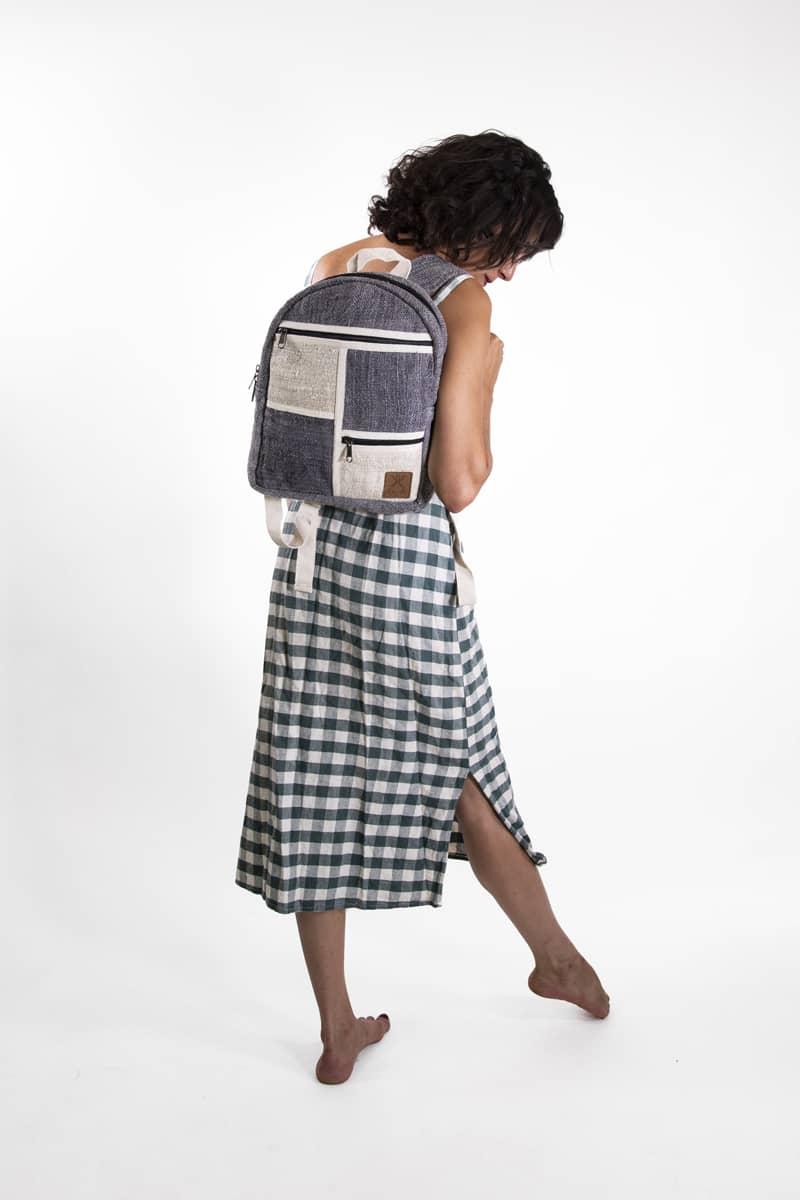 Petit sac à dos écologique en chanvre et teintures naturelles nantah gris vue portée