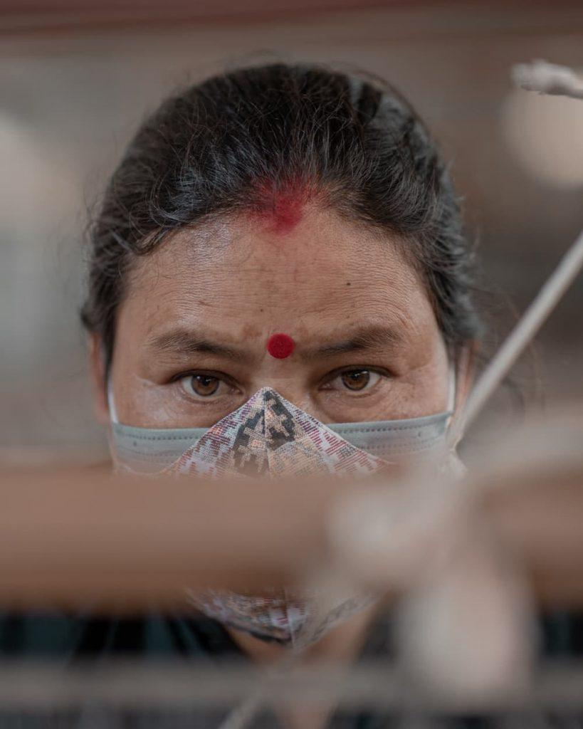 Artisane tisse du chanvre Népal