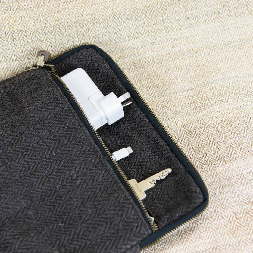 Pochette ordinateur écologique en chanvre fait main 13 pouces couleur ébène poche extérieure