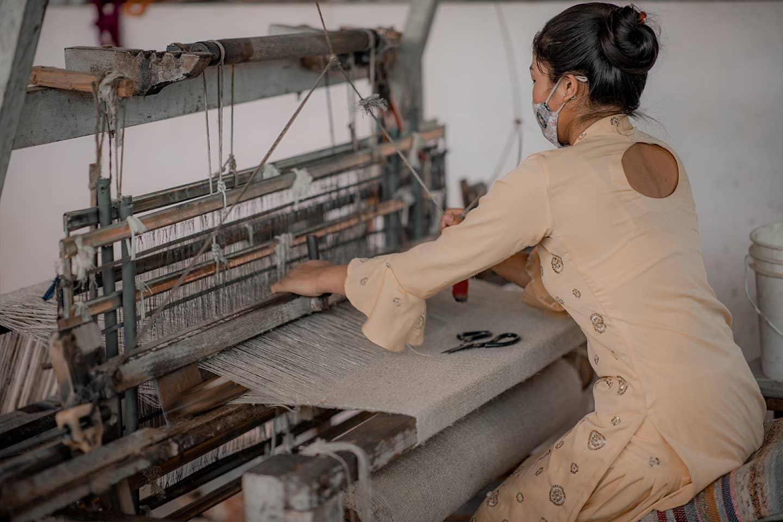Femme népalaise commerce équitable tissage