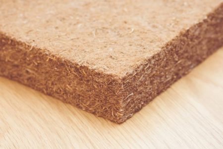 Avec le chanvre on peut construire une maison! En transformant cette plante, vous pouvez en faire ce que vous voulez: du béton, de la brique, des plaques, de l'isolant, des tuyaux, de la peinture, de la tapisserie, ... Vous pourrez ainsi avoir une maison plus résistante (béton de chanvre = 7 fois plus solide que le béton normal), plus isolante, plus respirante, bref plus agréable et surtout plus écologique !