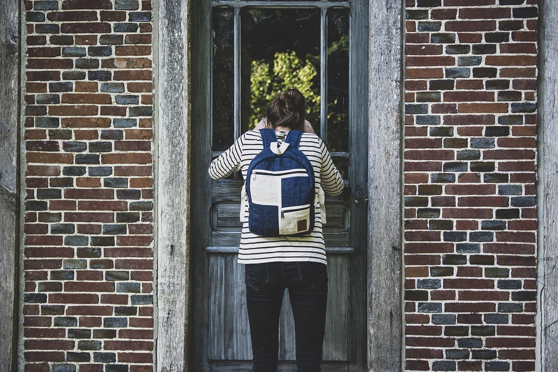 Petit sac à dos écologique en chanvre et teintures naturelles nantah indigo femme fenêtre