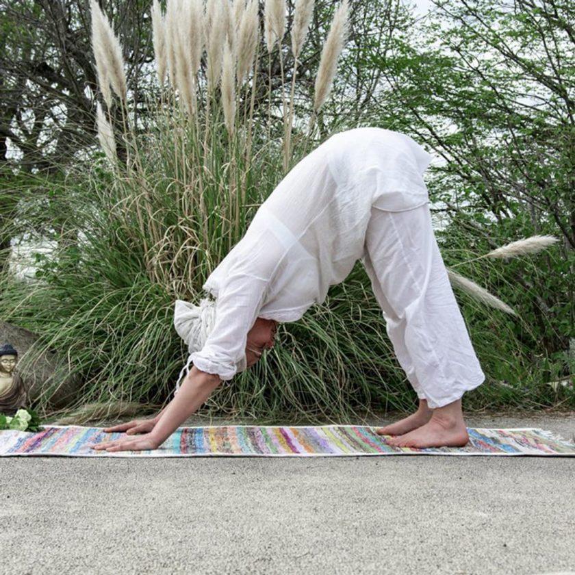 Tapis de yoga upcyclé éthique position kundalini yoga