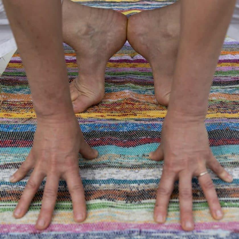 Tapis de yoga upcyclé éthique position
