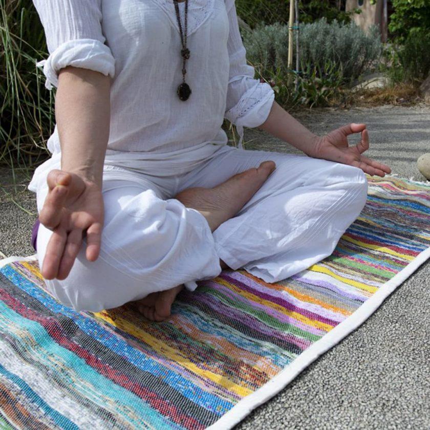 Tapis de yoga upcyclé éthique doigts fermés