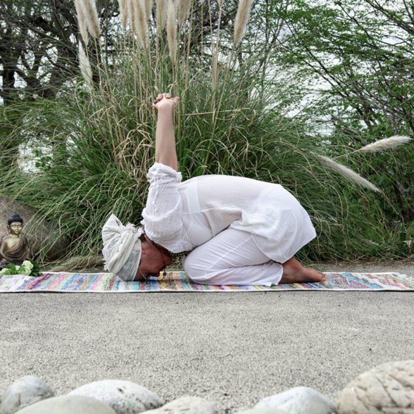 Tapis de yoga upcyclé éthique position chien