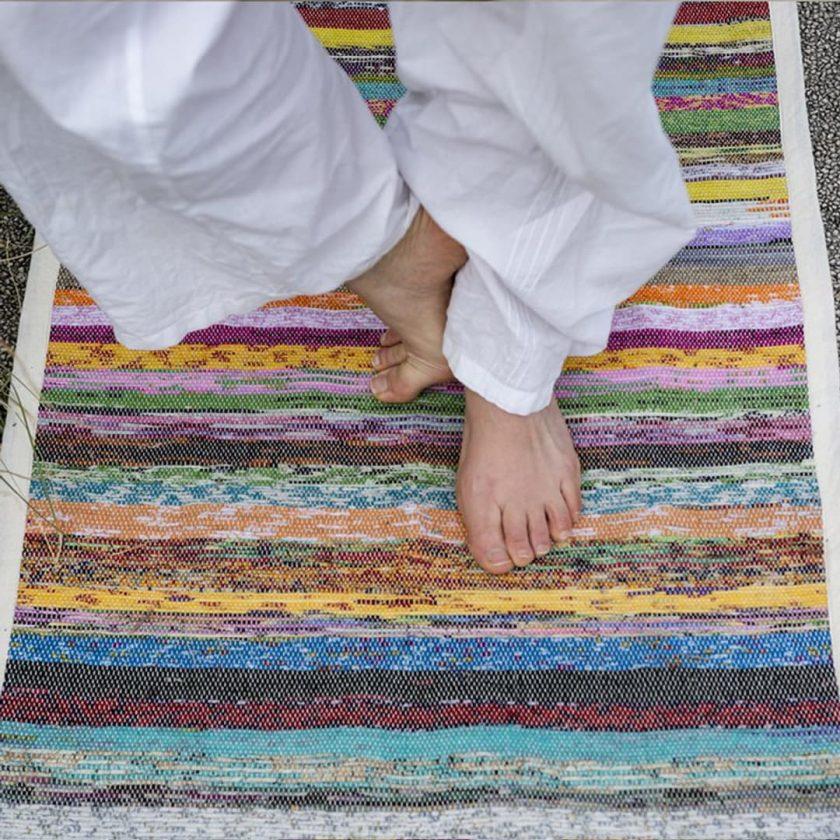Tapis de yoga upcyclé éthique zoom pieds
