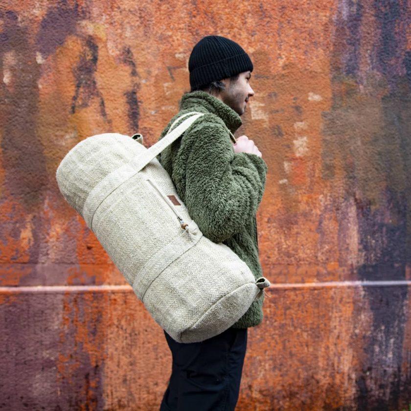 Sac polochon éthique en chanvre écologique fait main au Népal écru porté par un homme