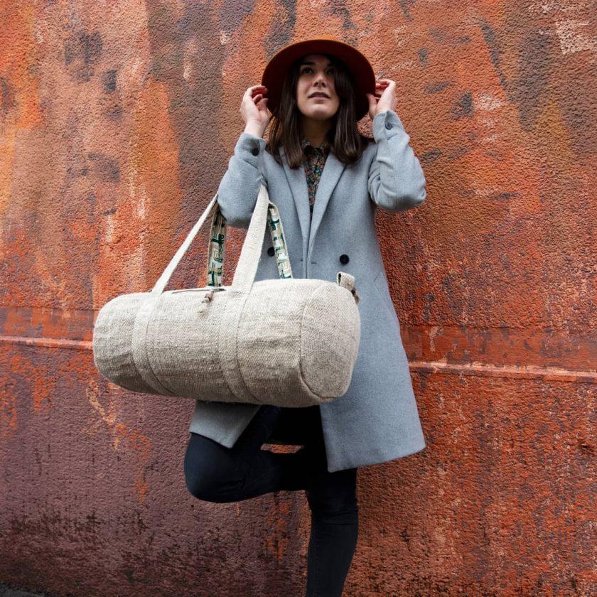 Sac polochon éthique en chanvre écologique fait main au Népal écru porté par une femme