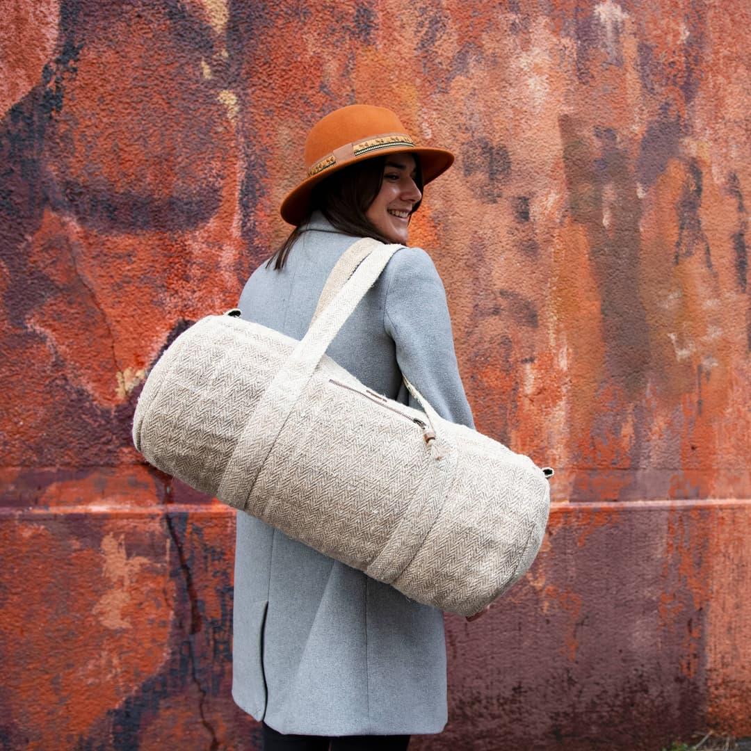 Sac polochon éthique en chanvre écologique fait main au Népal écru portée par une femme