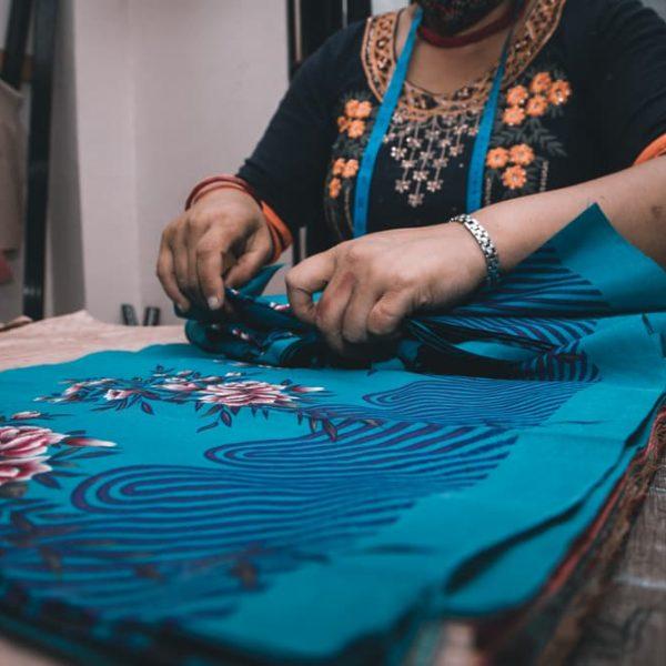 Artisane qui pli des saris upcyclées