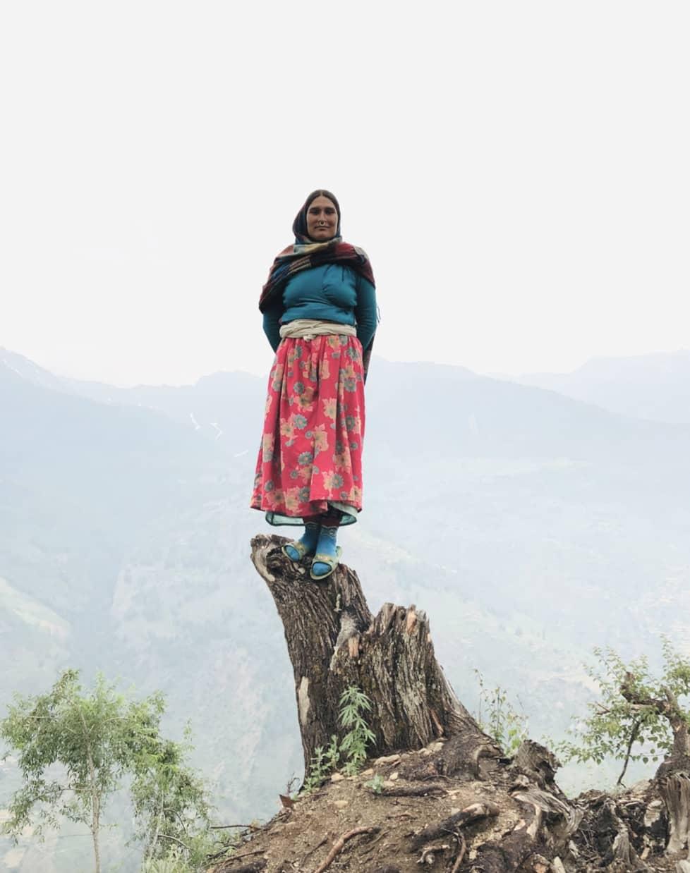 Femme sur un tronc d arbre au Népal