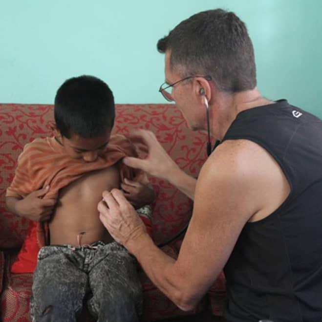 Aide médicale pour enfants népalais