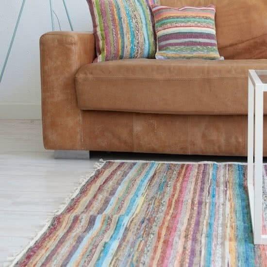 tapis de sol écologique décoratif en matières upcyclées sous un canapé
