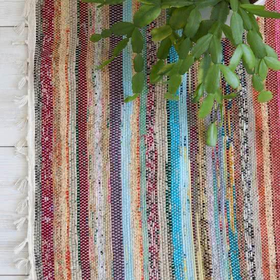 tapis de sol écologique décoratif en matières upcyclées dans un salon