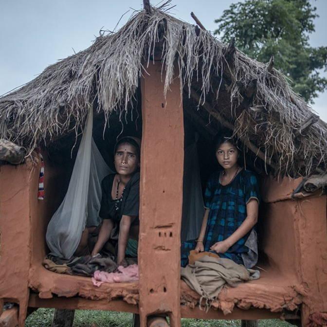 2 femmes népalaises dans une hutte pendant laquelle tradition du Chaupadi