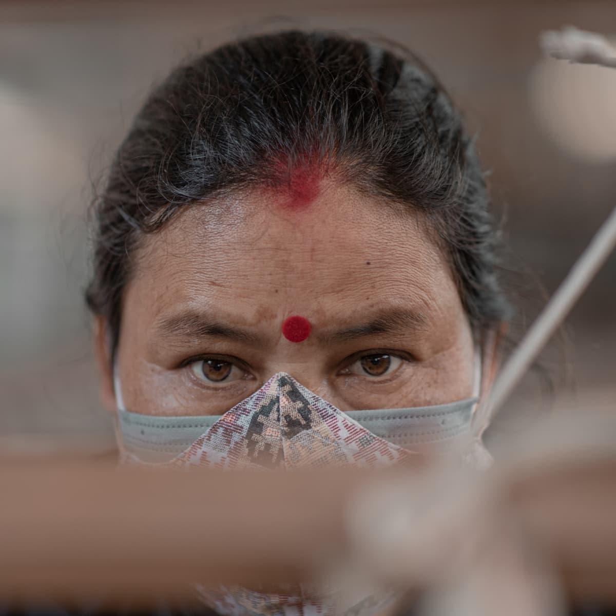 Artisane tisse du chanvre Népal visage